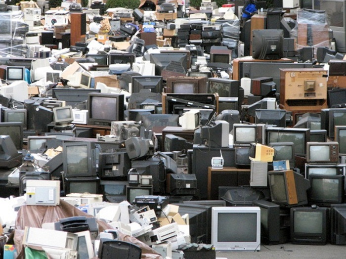 hàng trăm chiếc màn hình cũ chứa thủy ngân